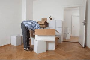 homme faisant cartons pour déménagement