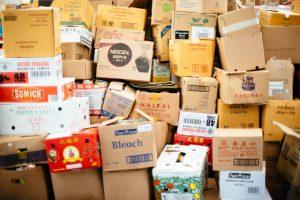Pile de cartons grande surface